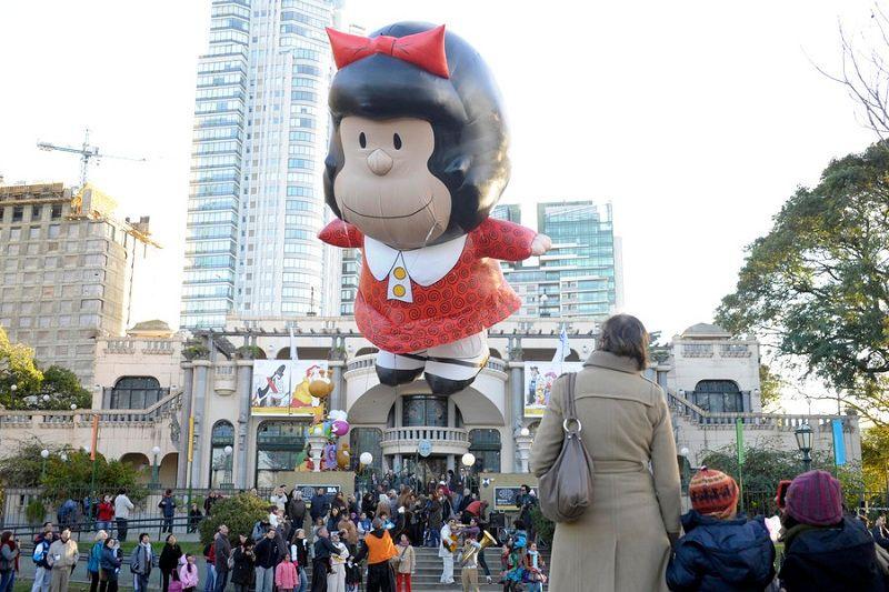 Mafalda e o Museu do Humor no fundo.