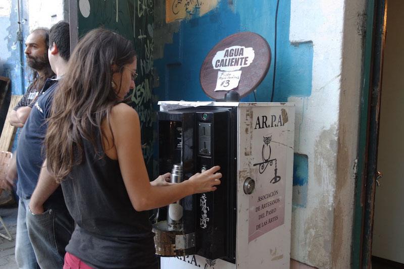 Água quente disponível para tomar mate numa loja do bairro